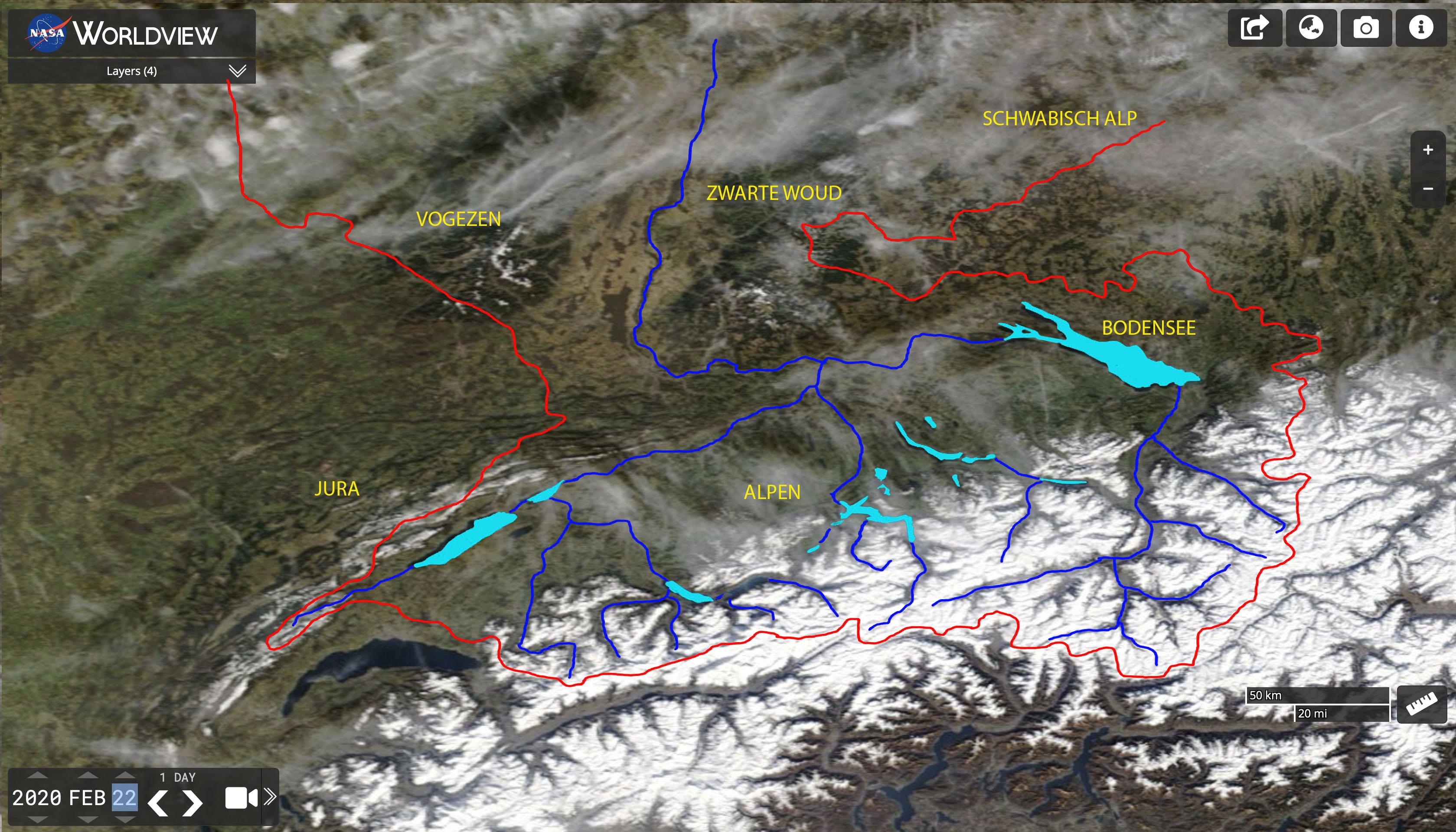 Satellietfoto van de Alpen van 22 feb 2020 met daarop aangegeven de begrenzing van het stroomgebied van de Rijn (rode lijn)