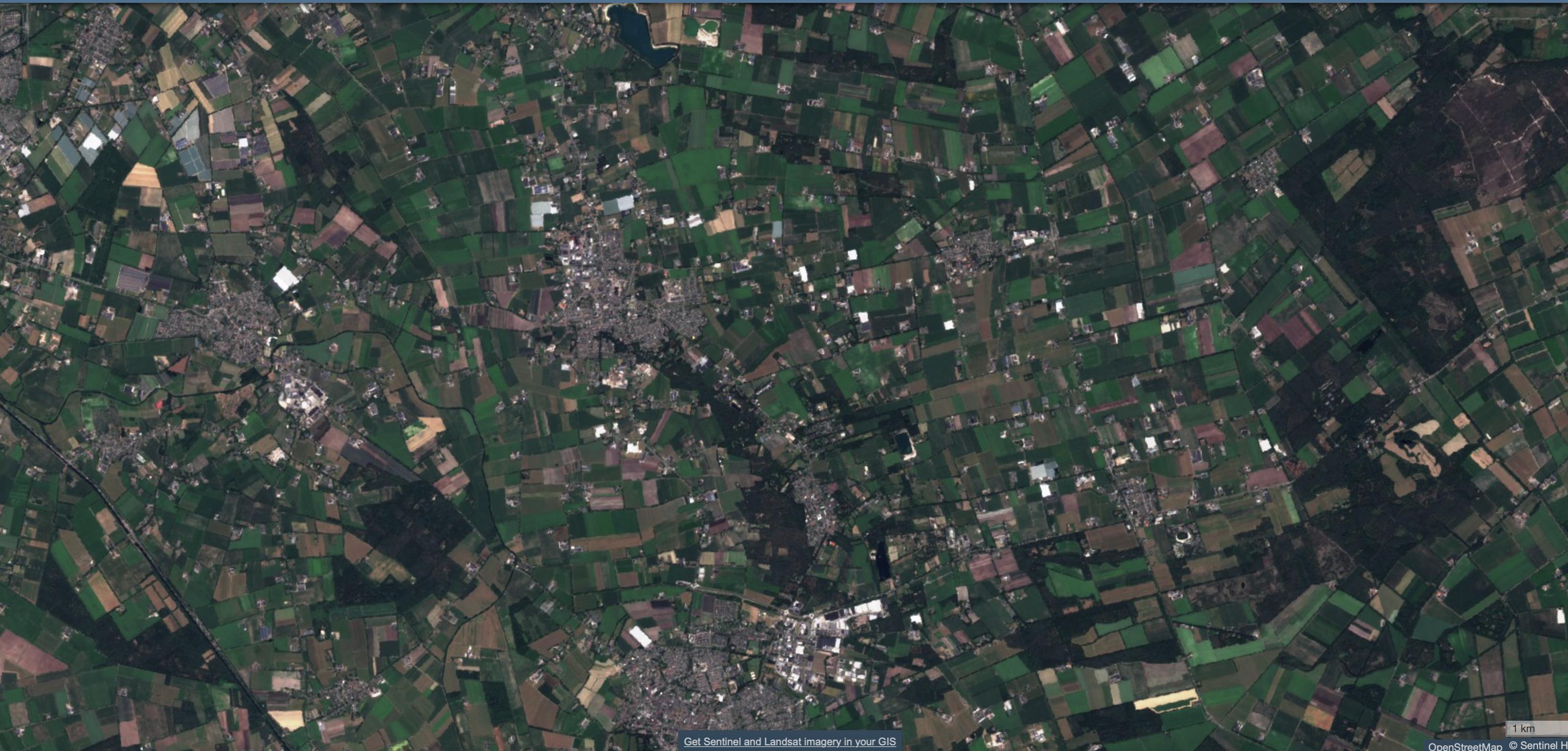 Satellietfoto van begin juli van de omgeving van Gemert in het oosten van Brabant, waar het minder droog is.