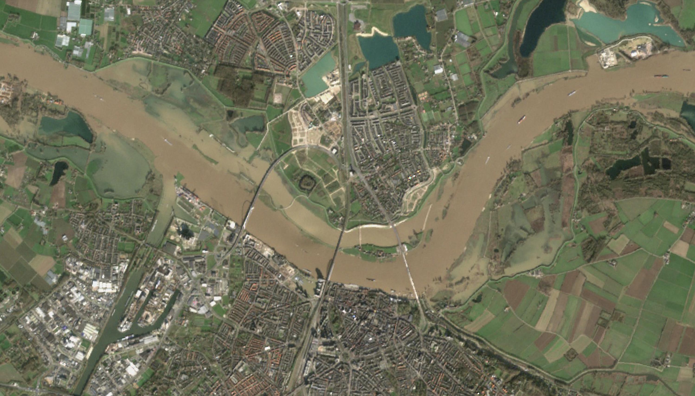 Satellietfoto van de Waal met nevengeul bij Nijmegen