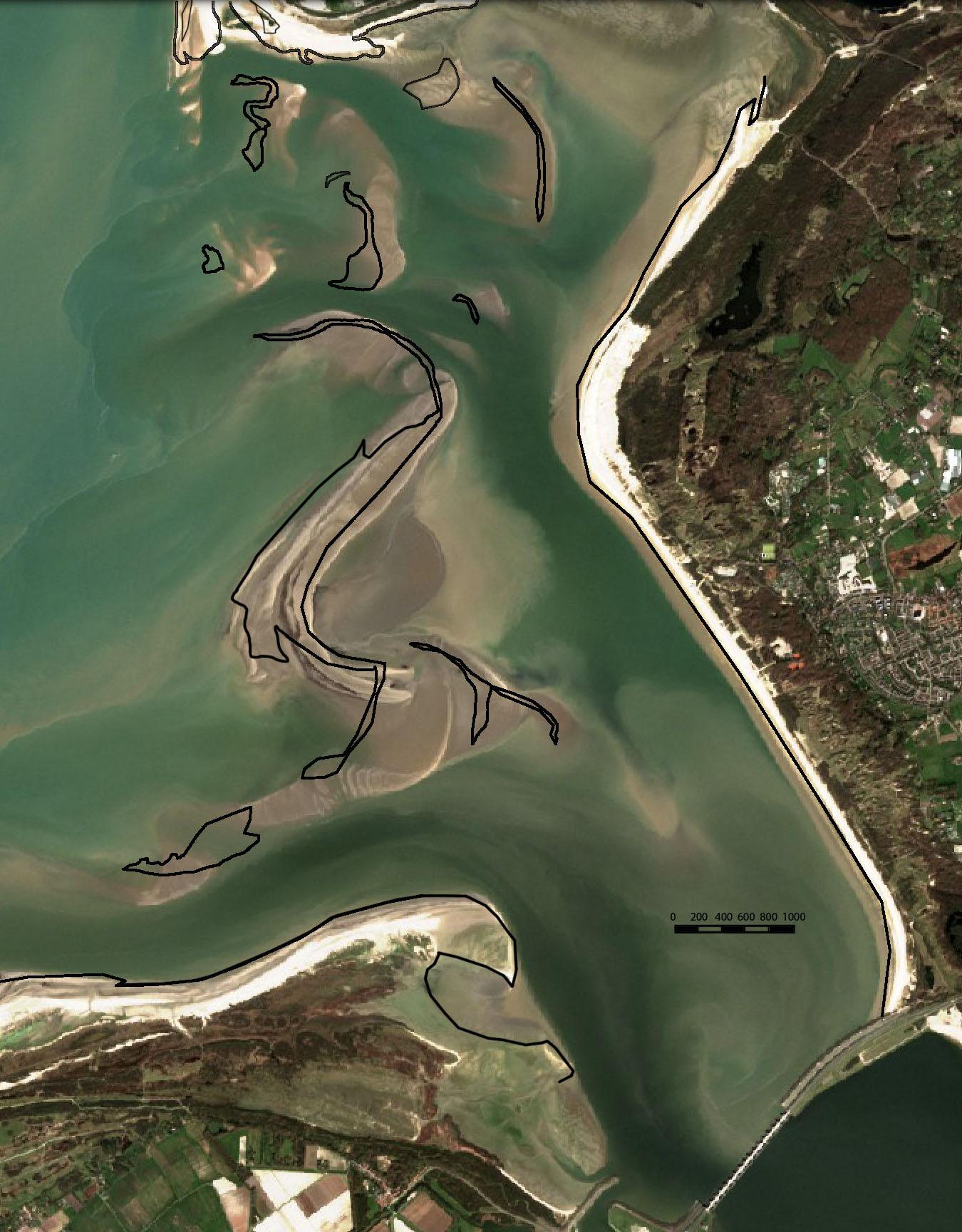 De verschuiving van de zandplaten is zichtbaar als de contouren van de waterlijn van 2016 (de zwarte lijnen) op de foto van 2020 worden gelegd.