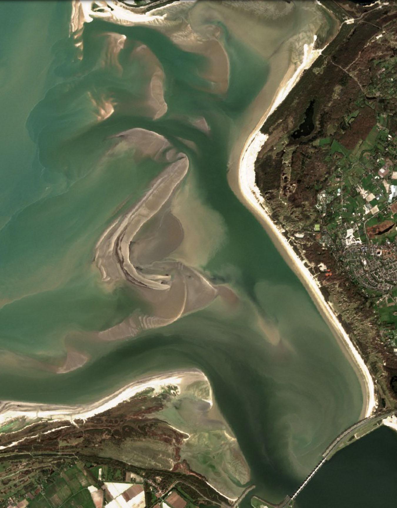 Satellietbeeld van de Voordelte voor de kust van Voorne en Goerree, waar zich een fraai ensemble van zandbanken heeft ontwikkeld